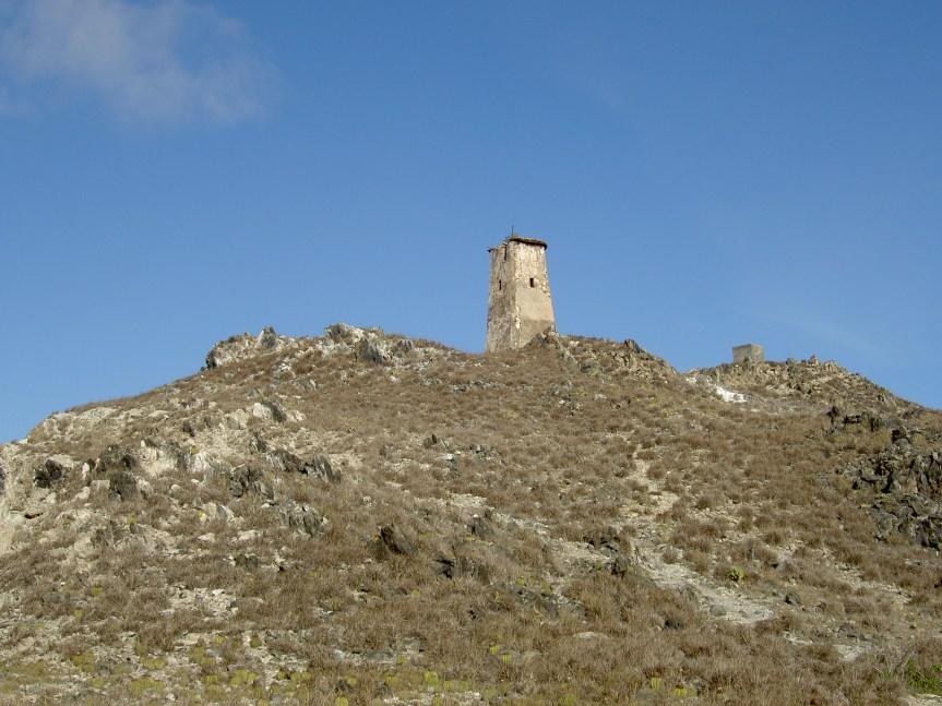 El viejo faro del Gran Roque, contruido entre 1870 y 1880 con piedras de coral y cal en la zona más alta y montañosa del archipiélago. Autor Pedro Sán